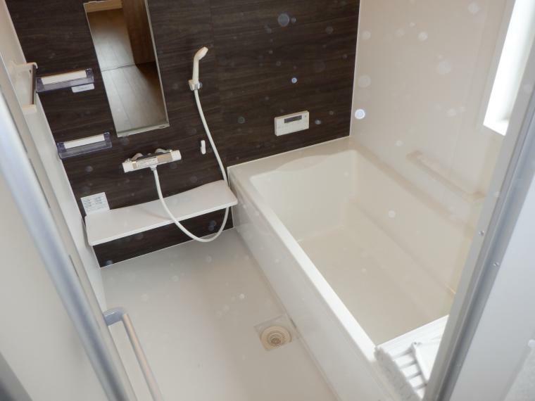 浴室 浴室には窓があり換気には困りません。