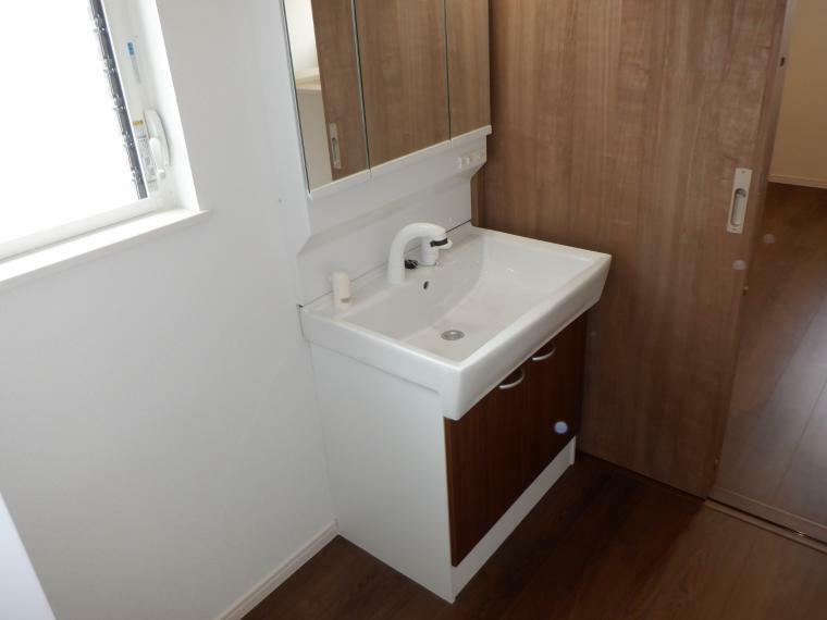 洗面化粧台 洗髪シャワー付き3面鏡の洗面化粧台です。