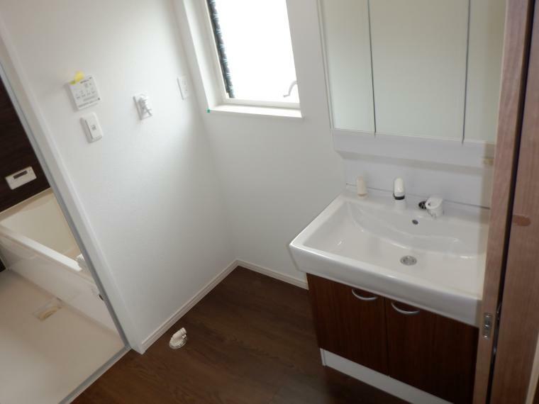 脱衣場 湿気がこもりがちの脱衣場にも窓がありますので換気もできます。