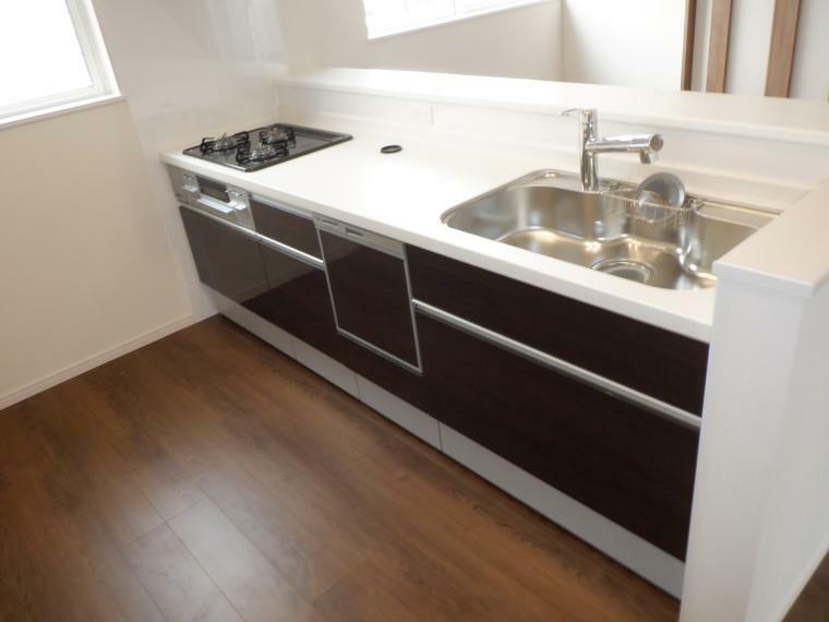 キッチン システムキッチンは人工大理石天板で、水栓には浄水機能を搭載しております。