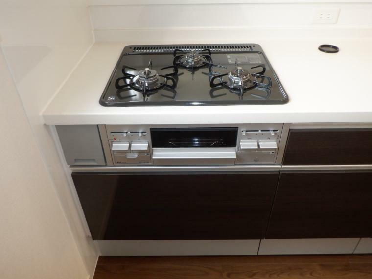 キッチン コンロは3口でグリル付です。