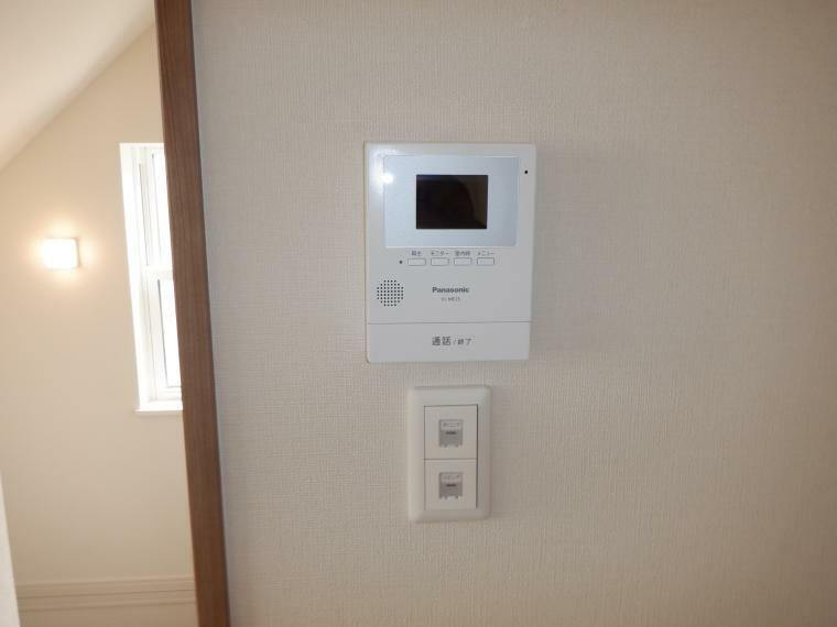 TVモニター付きインターフォン 普段の生活スペースは2階が多くなりそうなので2階リビングにテレビモニター付きインターホン、来客も安心です。