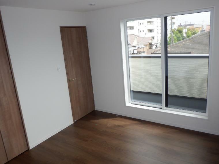 洋室 バルコニーへとつながる掃き出し窓。