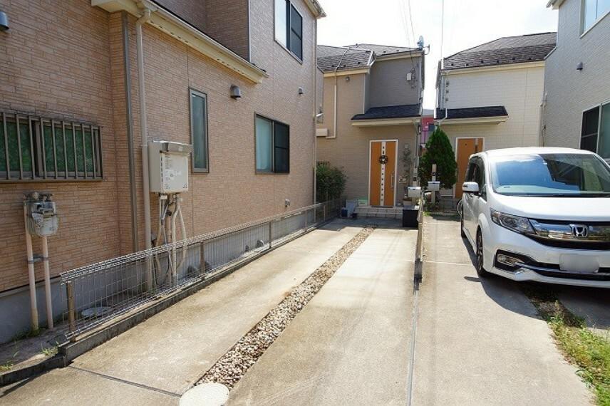 外観写真 カースペースは2台駐車可能 (※車種によって異なる)