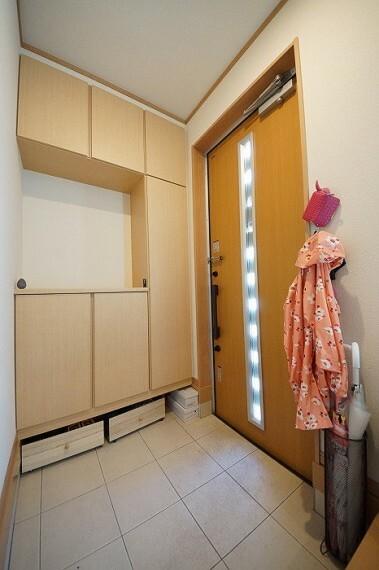 玄関 玄関にはシューズボックスがあり、季節のお履物等を収納することが可能