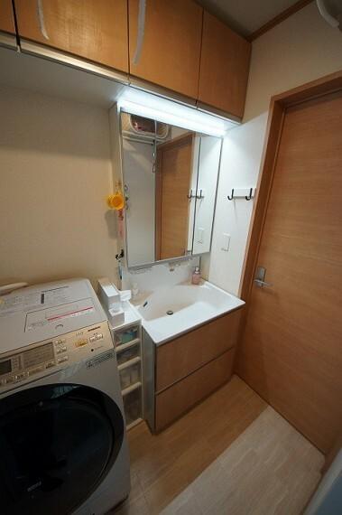 洗面化粧台 洗面台にも収納があり便利です