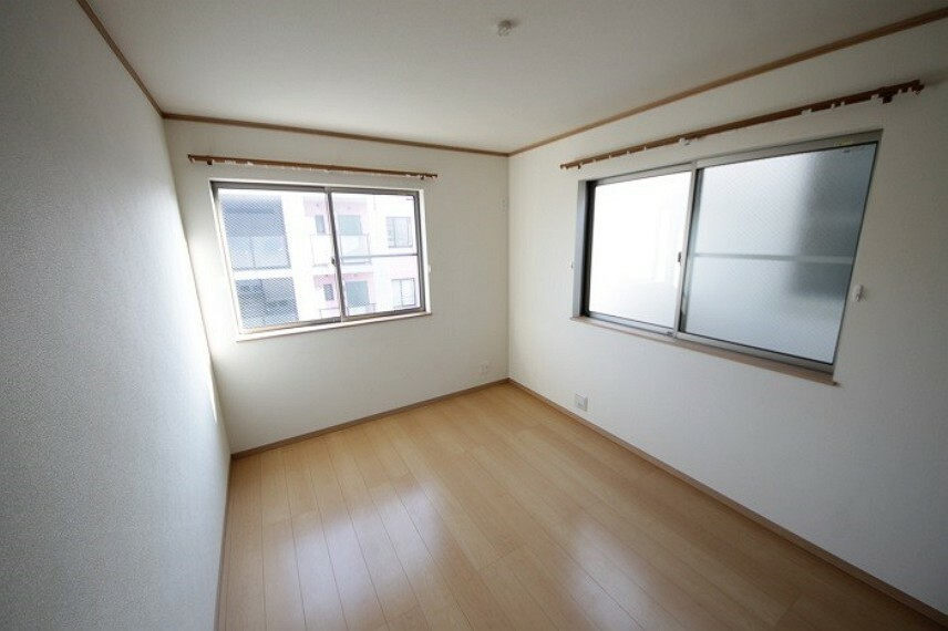 居間・リビング 居室の大きな窓からは太陽光がしっかりと入ります