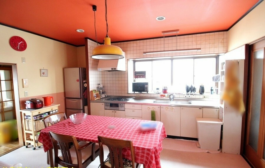 居間・リビング オレンジ色の天井が明るい印象のダイニングです。