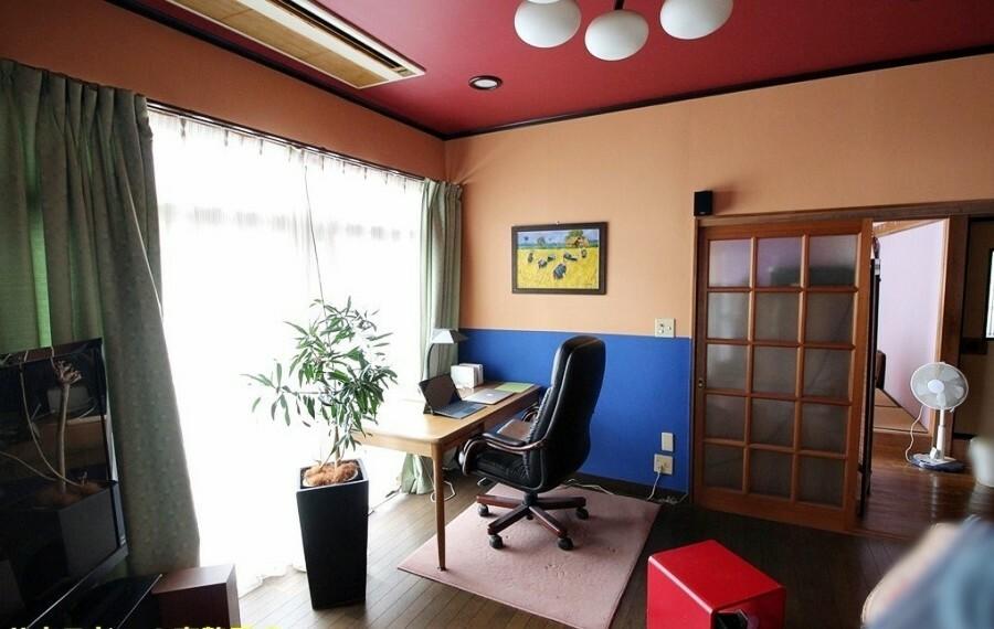 洋室 約10帖の洋室。こちらのお部屋はレッドの天井がお洒落ですね