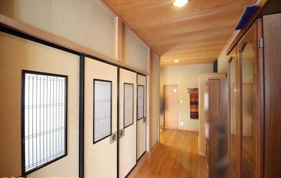 2階廊下。天井にも木を使用し、趣のある作りになっています。