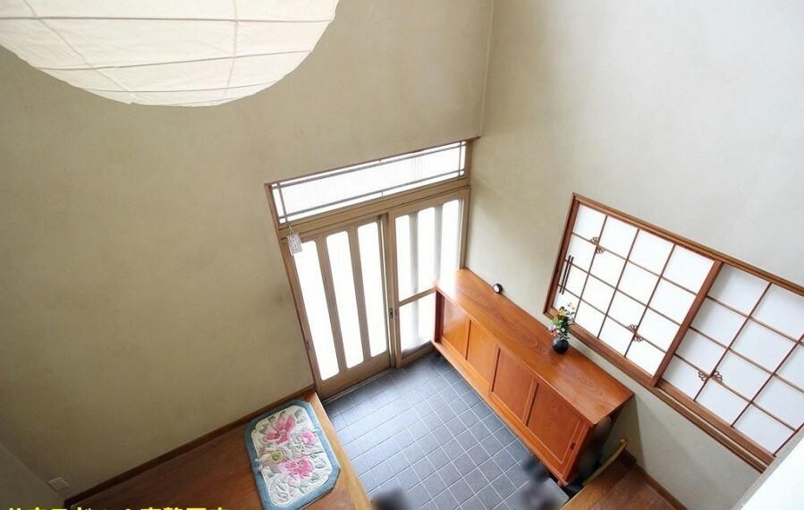 玄関 擦りガラスのドアからの彩光もあるので、とても明るい玄関のなっています。