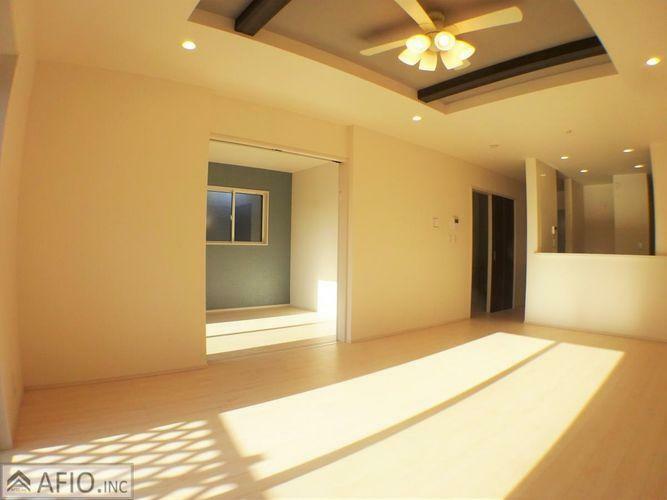 居間・リビング 折上天井で開放的な空間に