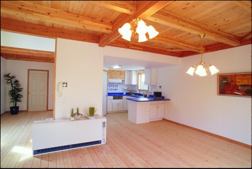 居間・リビング LDKは約13帖ございます。