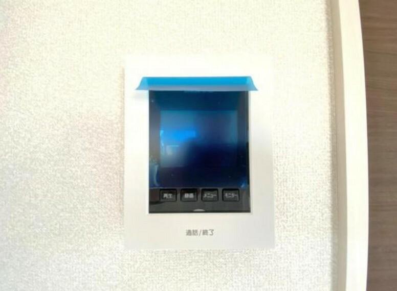 防犯設備 奥様やお子さんのみの在宅も安心。ボタンひとつで通話が可能です。 突然の来訪も時間帯に関係なく鮮明な画像で確認することが出来ます。