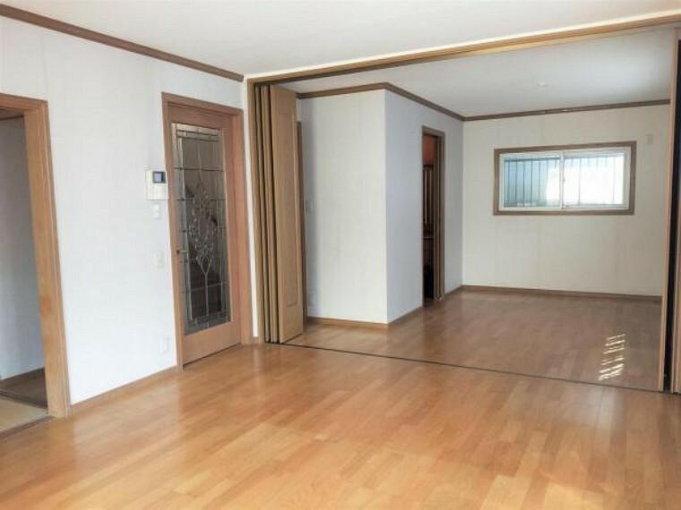 居間・リビング 2階の洋室は可動間仕切りを開けば約16帖のリビングとしてご利用頂けます。
