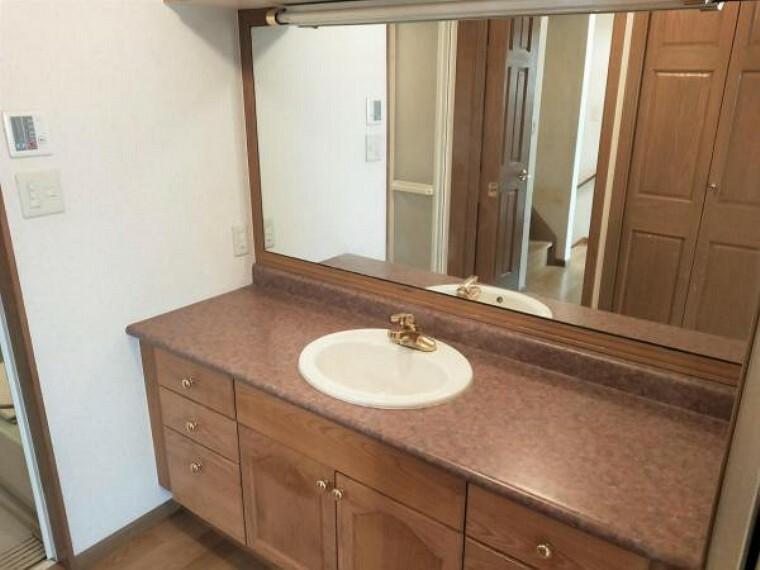 洗面化粧台 2階の洗面所です。広々とした洗面台には豊富な収納もございます。