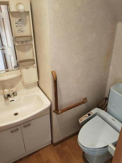 トイレ 1階のトイレと洗面台です。二ヶ所洗面台があるので、朝の支度時に便利ですね。