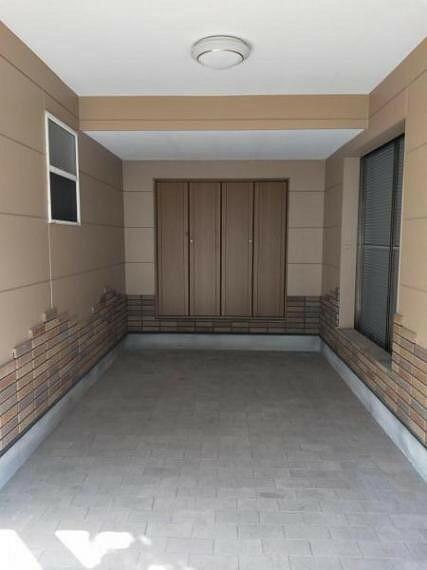 駐車場 シャッター式の車庫です。高さ約2.1m、幅約2.4m、奥行き約5.2m