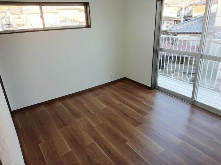 【リフォーム済】2階北側洋室写真。入口ドアを交換、クローゼットを新調しました。また天井・壁のクロスは貼替え、床はクッションフロアで仕上げました。全てのお部屋に新しく収納スペースを設けました。スッキリと快適に暮らすことができますね。