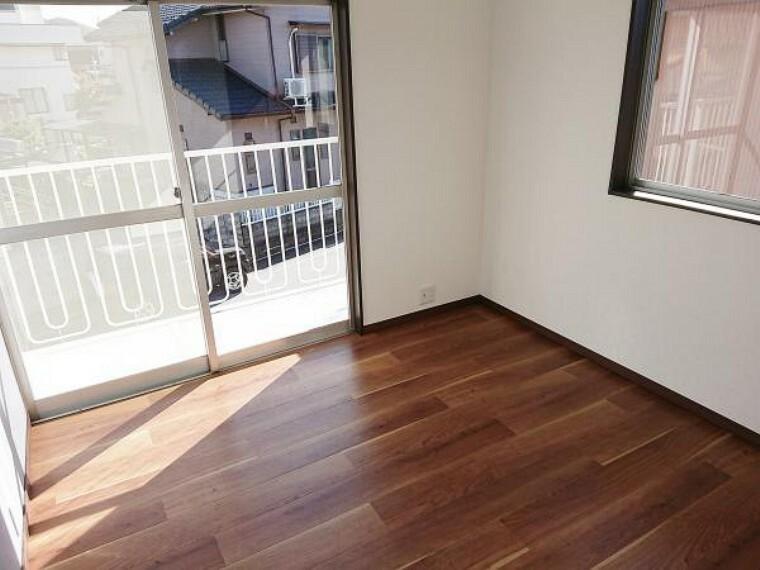 【リフォーム済】2階南側洋室写真。入口ドアを交換、クローゼットを新調しました。また天井・壁のクロスは貼替え、床はクッションフロアで仕上げました。こちらのお部屋も窓が2つあるので風通しの良いお部屋になっています。