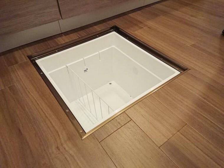 収納 【リフォーム済】キッチンには床下収納を新設しました。根菜類などを収納できるので、便利ですね。