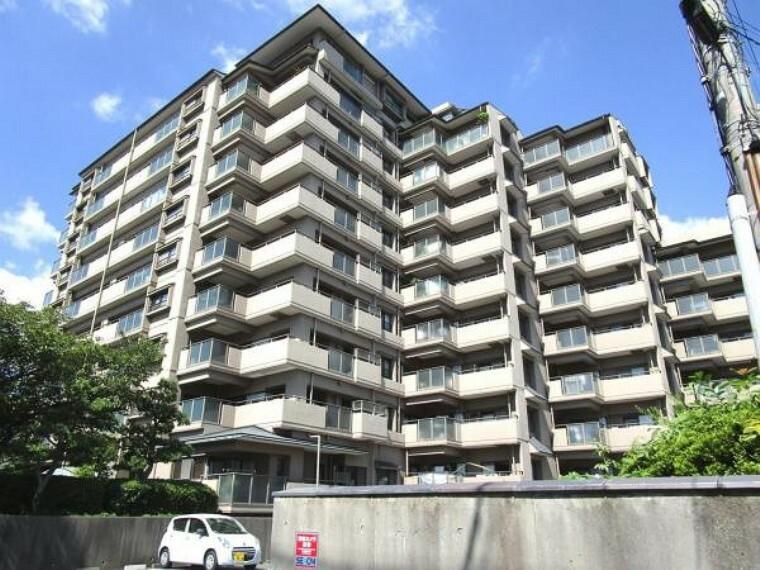 外観写真 【外観】当マンションは10階建ての全79戸。駐車場は各戸に1台ついています。