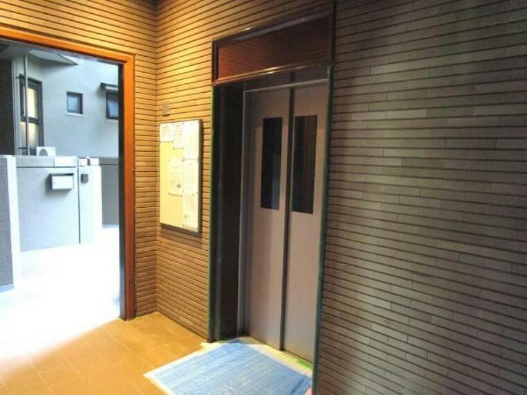 【エレベーター】エレベーターは各階に停止します。防犯カメラも設置されており、防犯面も安心です。