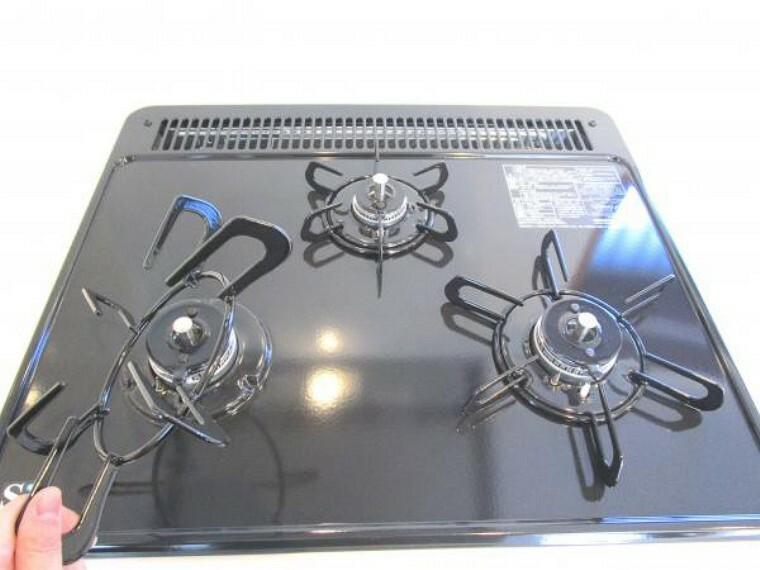 キッチン 【同仕様写真/キッチン】新設するキッチンのコンロは調理がはかどる3口、お手入れ簡単なガラストップなので吹きこぼしてもお掃除楽々。また安全機能のSIセンサー付なので万が一の消し忘れにも安心です。