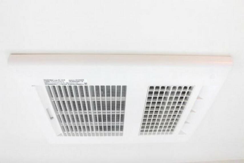 【同仕様写真】新品交換予定の浴室には暖房換気乾燥機がつきます。24時間換気機能でこもった湿気や水分を取り除きカビの発生を抑える他、暖房では入浴時のひんやり感を解消。乾燥機能は雨の日のお洗濯にも便利です。
