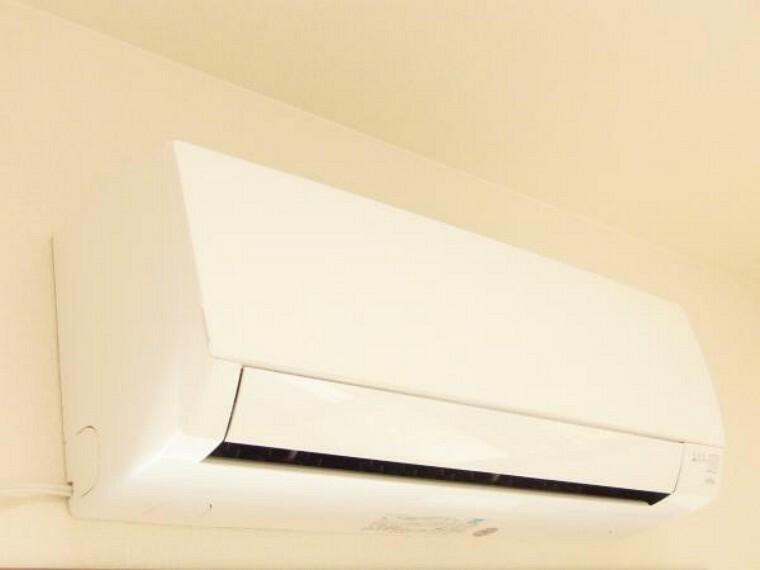 冷暖房・空調設備 【同仕様写真】当社で新品交換したエアコンを1台設置しています。お引越しの際、エアコンも同時に購入するとなると、購入費用面でも設置する手間と時間の面でも大変ですよね。1台でも設置してあると安心です。
