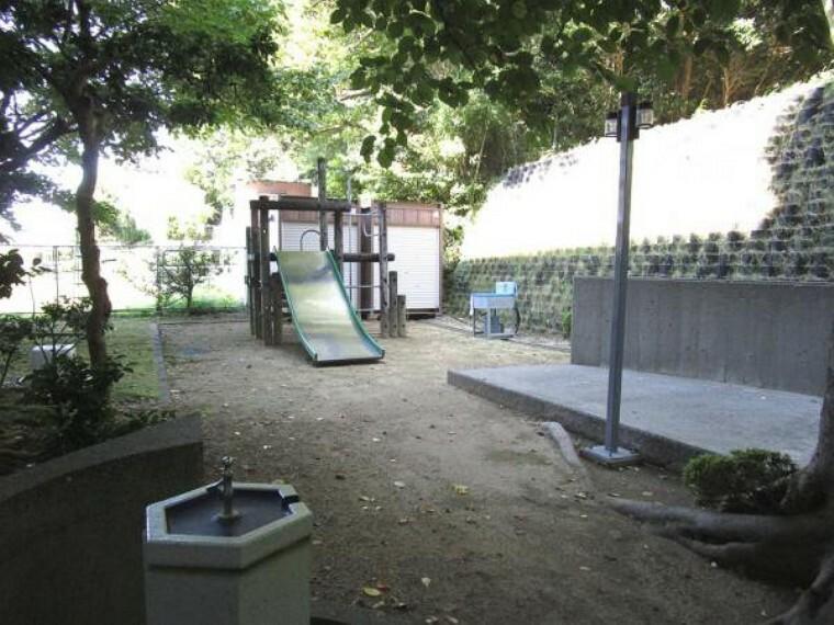 【中庭】マンション内に遊具のある中庭があります。マンションの中でお子様が遊べる空間があり安心です。
