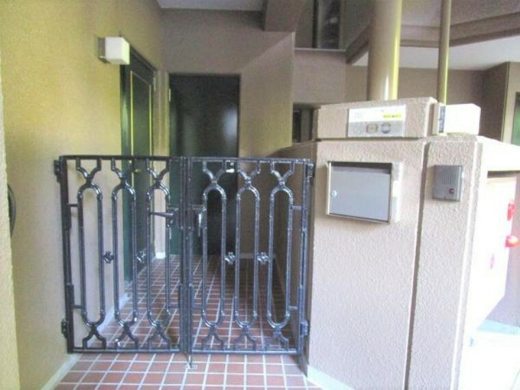 【玄関】玄関ポーチには門があります。集合ポストとは別で家の前にポストもあります。