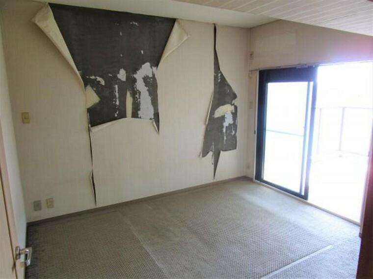 【リフォーム中/南西居室】南西の居室はバルコニーへと出ることが可能。床のフローリング貼り、クロスの張替え、建具の交換等を行います。