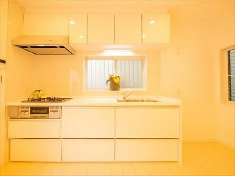 キッチン 機能性とデザイン性を兼ね備えたシステムキッチン。リビングとの一体感も考慮され、美しい空間が実現します。