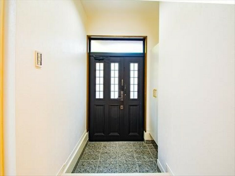 玄関 お客様をお迎えする玄関は落ち着いた雰囲気。帰り着くたびに洗練されたテイストの空間に迎えられ誇りと喜びを感じる玄関まわりです。内装内観写真-玄関
