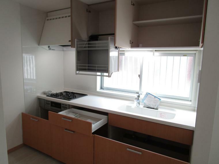 キッチン システムキッチン 吊戸棚も付いて収納豊富です
