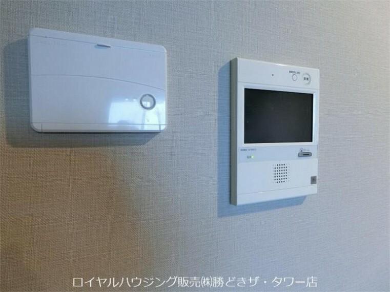 専用部・室内写真 床暖房リモコンとモニターインターフォン。