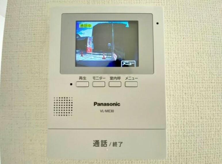 TVモニター付きインターフォン 同仕様写真 奥様やお子さんのみの在宅も安心。ボタンひとつで通話が可能です。 突然の来訪も時間帯に関係なく鮮明な画像で確認することが出来ます。