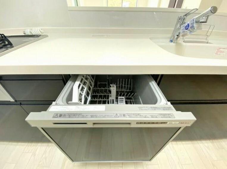 同仕様写真 手間・時間をかけず、効率よく食器類を洗浄。家事の時間を大幅に短縮出来ます。 かつ節水効果にも優れた食洗機を標準装備。スライド式なので場所も取りません。