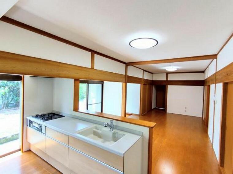 居間・リビング 【リフォーム後/リビング】リビング別角度のお写真です。床は重ね張り、壁・天井はクロスの張替えを行いました。お料理しながら家族との会話が楽しめます。