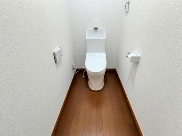 トイレ 【リフォーム後/トイレ】トイレはTOTO製の温水洗浄機能付きに新品交換しました。表面は凹凸がないため汚れが付きにくく、継ぎ目のない形状でお手入れが簡単です。節水機能付きなのでお財布にも優しいですね。