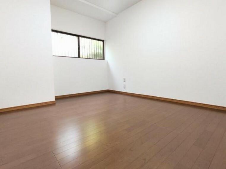 【リフォーム後/DK→洋室】DKの空間は洋室へと間取り変更を行いました。勝手口はつぶし、壁天井はクロス張替え、床は重ね張りを行いました。お子様のお部屋にいかがでしょうか。