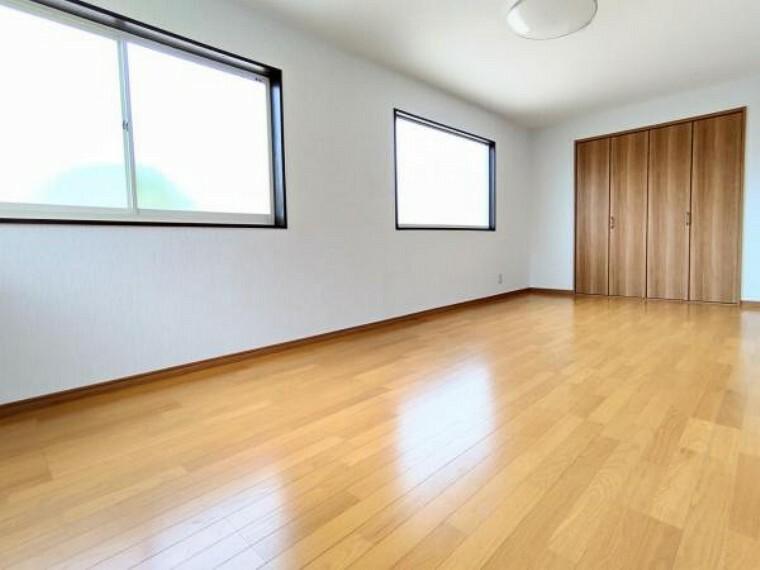 【リフォーム後/9帖洋室】壁・天井を張替え、床は重ね張りを行いました。2面採光の明るいお部屋です。クローゼットを新設しているので、収納面もバッチリです。