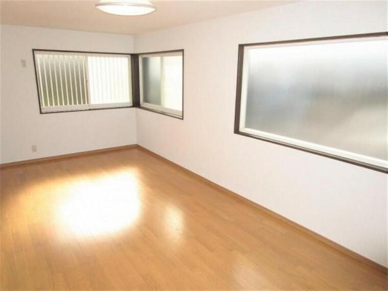 【リフォーム後/9帖洋室】9帖洋室の別角度からのお写真です。2面採光で明るく暖かい空間。ご夫婦の寝室などにいかがでしょうか。