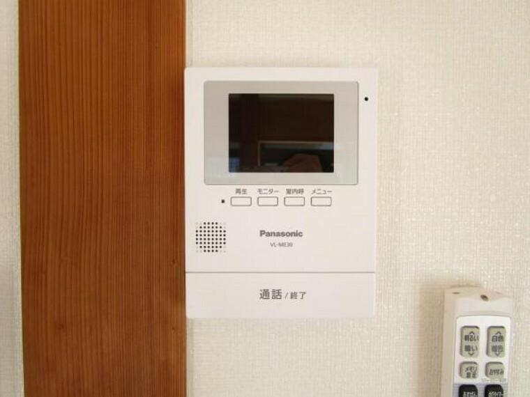 【現場写真】新しくリビングに設置したドアホンはカラーモニター付き。設置のモニターで玄関にいらしたお客様を確認してから応対できます。留守中の来客も記録できるので防犯面でも安心ですね。