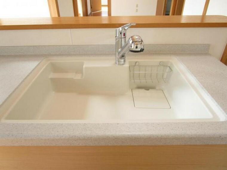 【現場写真】新品交換したキッチンのシンクは汚れが付きにくく熱に強い人工大理石製です。天板とシンクの境目に継ぎ目がないのでお掃除ラクラク。キッチンをより清潔に保てます。