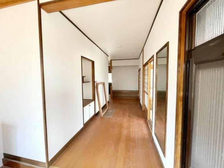 【リフォーム済】玄関ホールです。一坪以上の広さがある玄関なので、来客があっても玄関が狭くなりません。シューズボックスは交換する予定です。