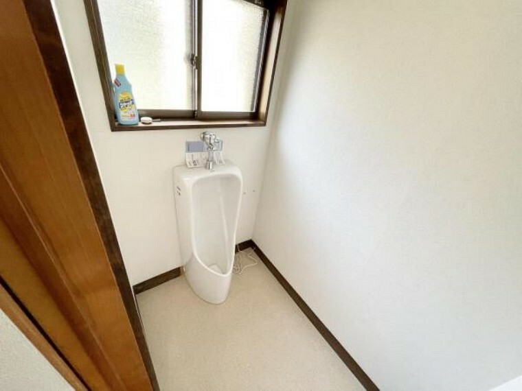 トイレ 【リフォーム済】小便器です。小便器は新品に交換しました。朝の忙しい時間でもトイレが二つあるとスムーズですよね。