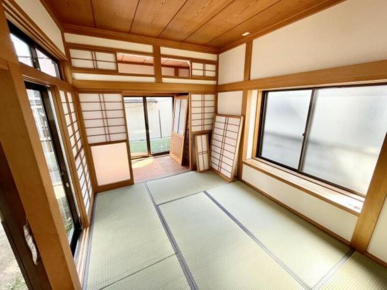 【リフォーム中4/22更新】奥の6帖和室です。畳の表替え、壁紙、ふすま、障子の張替を行いました。