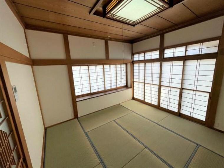 居間・リビング 【リフォーム済】南側8帖和室です。畳は表替え、クロスの張替を計画しています。また、照明器具もLEDのものに交換する計画です。